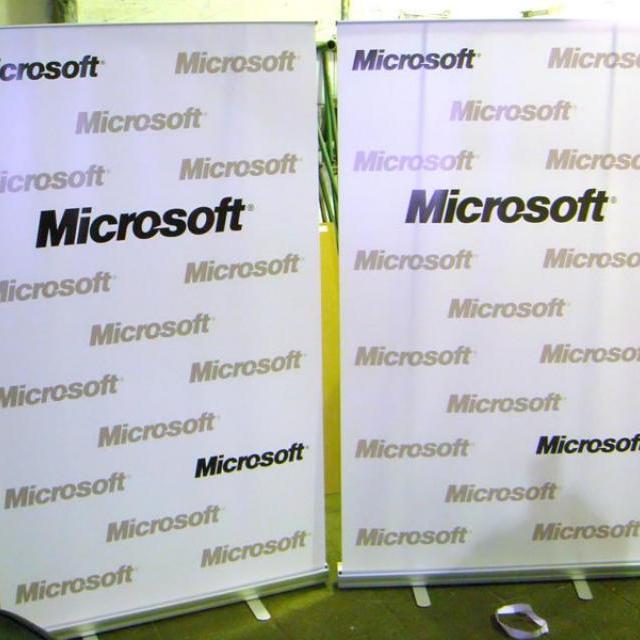 Роллерный мобильный стенд для проведения пресс-конференции